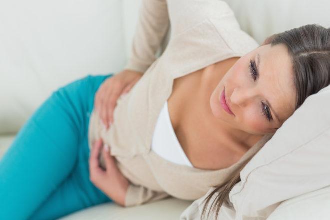 При болях в животе не следует самостоятельно назначать себе лекарства